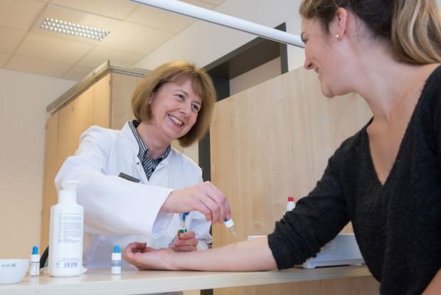 Prof. Regina Treudler, Geschäftsführende ärztliche Leiterin des LICA, nimmt bei einer Patientin einen Allergietest vor. Foto: Stefan Straube / UKL