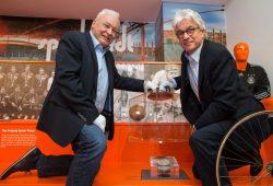 Der Anstoßpunkt der Fußball-Weltmeisterschaft 2006, den Winfried Lonzen und Dr. Volker Rodekamp hier präsentieren, gehört nun zu den Highlights der Dauerausstellung im Alten Rathaus. Foto: Tom Schulze