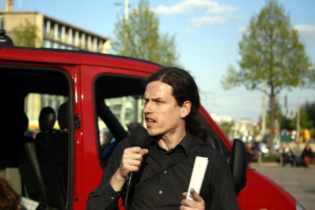 18:15 Uhr bei NoLegida auf dem Augustusplatz: Jürgen Kasek zeigt sich empört über Neonazi-Gewalt in Plauen. Foto: L-IZ.de
