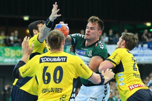Benjamin Meschke (DHfK) war hier gleich von drei Gegenspielern umzingelt. Foto: Jan Kaefer
