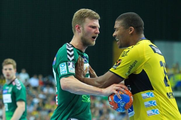 Disput des 7-fachen Torschützen Philipp Weber (DHfK) mit Mads Mensah Larsen nach einem Foulspiel. Foto: Jan Kaefer
