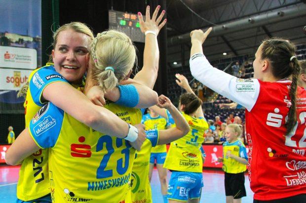 Feiern! Kaya Diehl herzt Shenia Minevskaja nach dem erfolgreichen Pokalfinale. Foto: Jan Kaefer