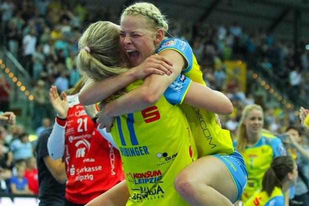 Finale! Shenia Minevskaja bejubelt mit Anne Hubinger (#17) den wichtigen Sieg über den THC. Foto: Jan Kaefer