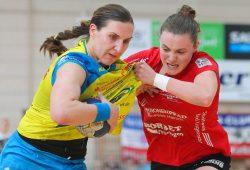 Sonja Frey (#5, THC) greift gegen Karolina Kudlacz-Gloc (#14, HCL) entschlossen zu. Foto: Jan Kaefer