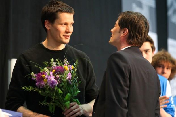 Degen-Legende Jörg Fiedler (FC Leipzig) beendet seine aktive Laufbahn. Sport-Bürgermeister Heiko Rosenthal überreicht Blumen. Foto: Jan Kaefer
