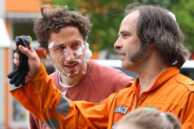 Nach der Schaumschlacht: Mitorganisator Sascha Golais (li.) stimmt sich mit Künstler Robert Schiller ab, der das Spielkonzept entwickelt hatte. Foto: Jan Kaefer