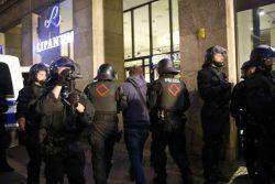 Nach und nach werden die Teilnehmer der Blockade aus dem Kessel abgeführt. Foto: L-IZ.de
