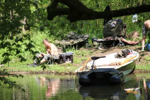 Enige Herren haben gleich am Floßgraben kampiert und ihr Motorboot auch mit dabei. Foto: Nukla e.V., J. Hansmann