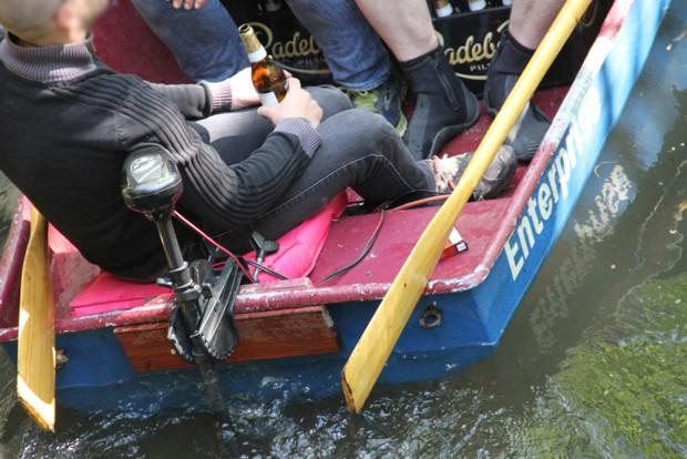 """Nicht das einzige Motorboot am """"Männertag"""" im Floßgraben. Foto: NuKla e.V., J. Hansmann"""