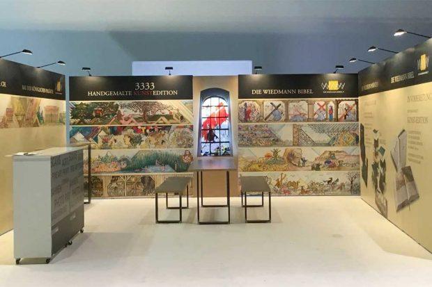 Die Wiedmann-Bibel auf dem Katholikentag. Foto: Wiedmann Media AG