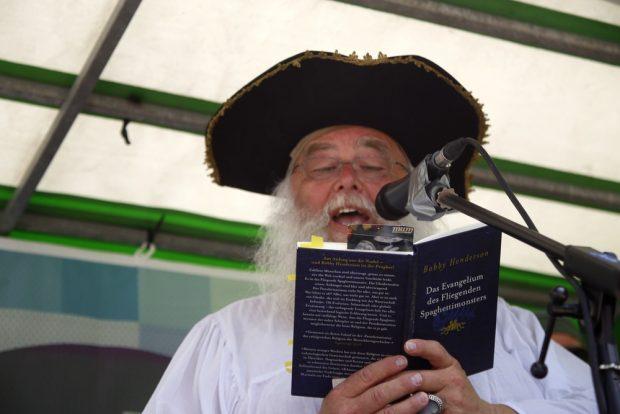 Bruder Spaghettus liest aus dem Evangelium. Foto: Alexander Böhm