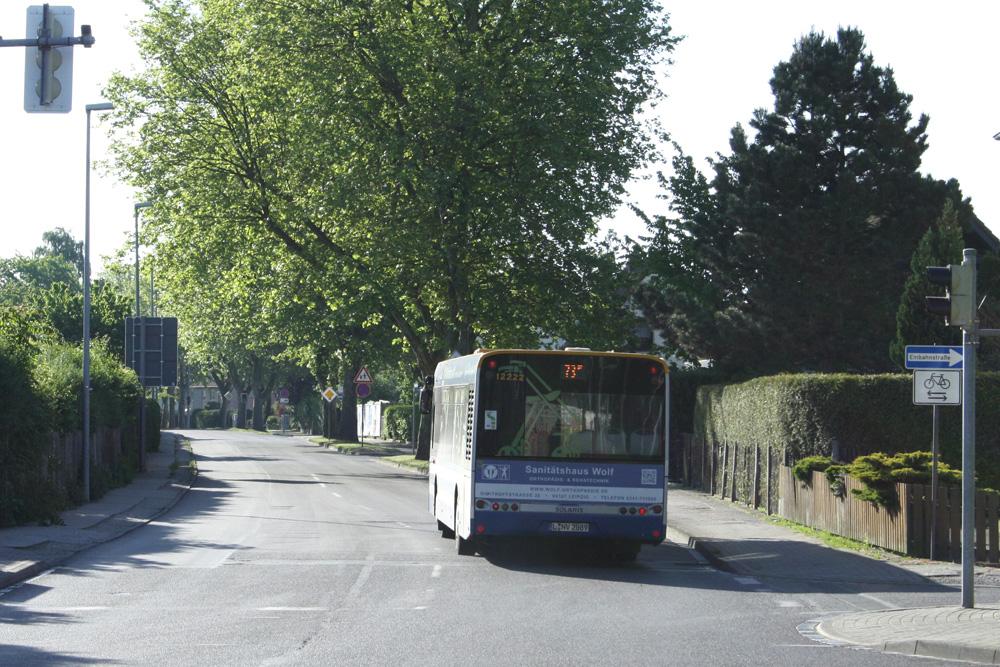 Buslinie 73 in der Zweinaundorfer Straße in Mölkau. Foto: Ralf Julke