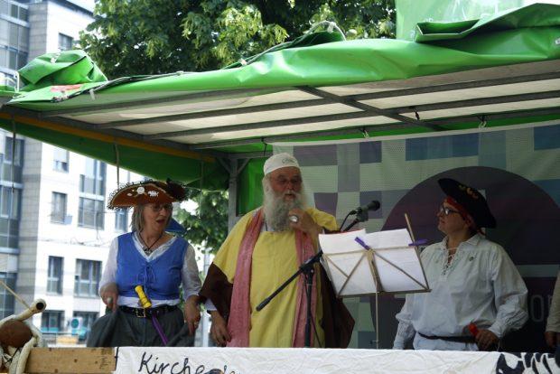 Der Nudler leitet die Messe an. Foto: Alexander