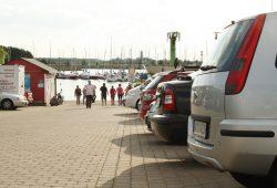 Geparkte Autos am Zöbigker Hafen. Foto: Ralf Julke
