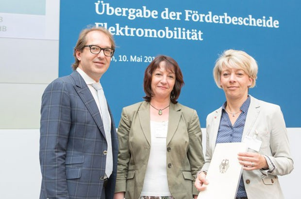 Bundesminister Alexander Dobrindt, Amtsleiterin Gesine Sommer und Isabella Peißker (Amt für Kreisentwicklung im Landkreis Leizpig): Quelle: BMVI