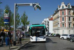 Der Testbus fährt in die umgebaute Haltestelle ein. Foto: Ralf Julke