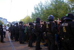 Polizisten bei einer Einkesselung. Foto: L-IZ