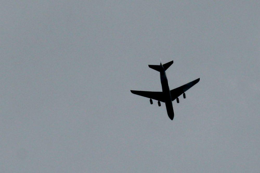Frachtflieger überm Stadtgebiet. Foto: Ralf Julke