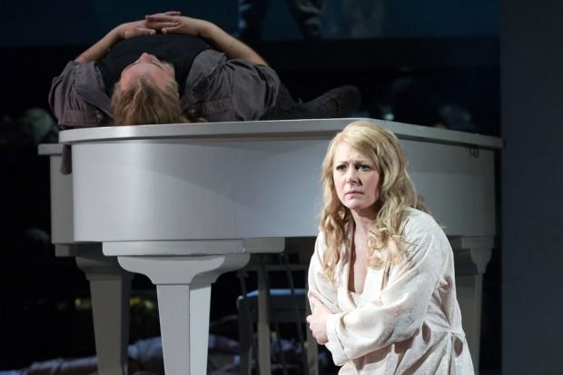 Ein schnöder Klavierflügel dient im Grande Finale als Ablage für die Leiche des gestürzten Helden. Foto: Tom Schulze