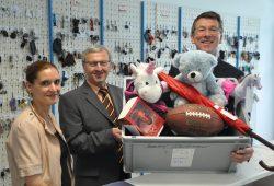 von links nach rechts: Janet Griesbach (Leiterin Fundbüro), Helmut Loris (Leiter des Ordnungsamtes) und Ulf Middelberg (Geschäftsführer Leipziger Verkehrsbetriebe). Foto: Stadt Leipzig/quo