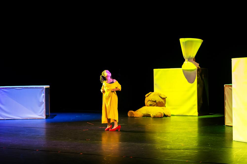 """Szenenfoto """"Ich bin. Aber ich habe mich noch nicht."""" von Bettina Werner mit der Juniorcompany der Älteren. Foto: Rolf Arnold"""