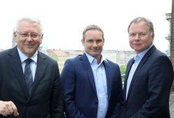 Vorstand Michael Faupel (M.), Vorstandssprecher Dirk Thärichen (re.) und der neue Aufsichtsratsvorsitzende Horst Poldrack (li.). Foto: Matthias Weidemann
