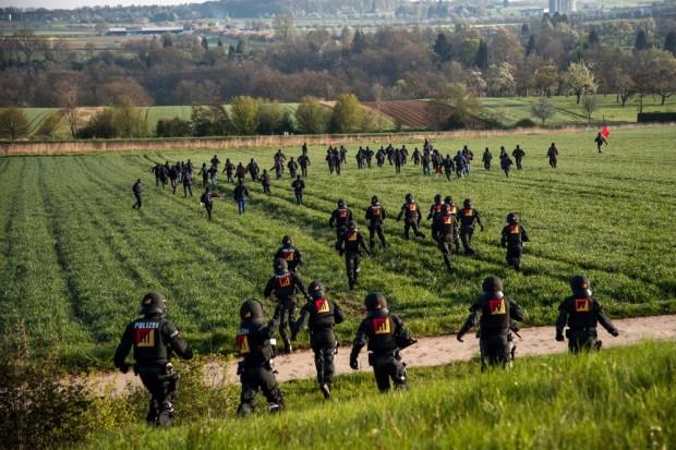 Beweise der journalistischen Arbeit. Das letzte Bild kurz der Verhaftung von Jens Volle. Foto Jens Volle