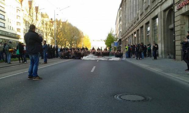 Man sitzt noch. Auf dem Ring erwartet eine Blockade von rund 300 Menschen Legida. Foto: L-IZ.de
