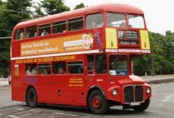Oldtimer-Bus - hier an der Jahnallee. Foto: Ralf Julke