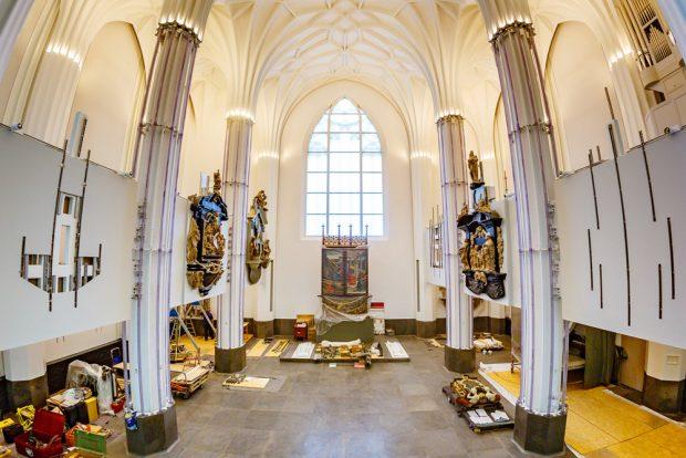 Blick in den Altarraum des Paulinums mit den restaurierten Epitaphen. Foto: Porsche AG