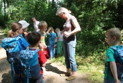 Auf einer der Exkursionen können Kinder, mit einem Forscherrucksack ausgerüstet, die Natur der Leipziger Burgaue entdecken. Foto: Elisabeth Peisker
