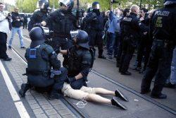 Polizeimaßnahmen am Rande der Legidademo gegen Blockadeteilnehmer. Foto: L-IZ.de