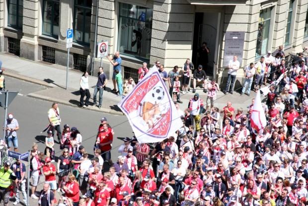 RBL-Fanmarsch am 8. Mai 2015 auf der Jahnallee. Geschätzt 800 waren dabei. Foto: L-IZ.de