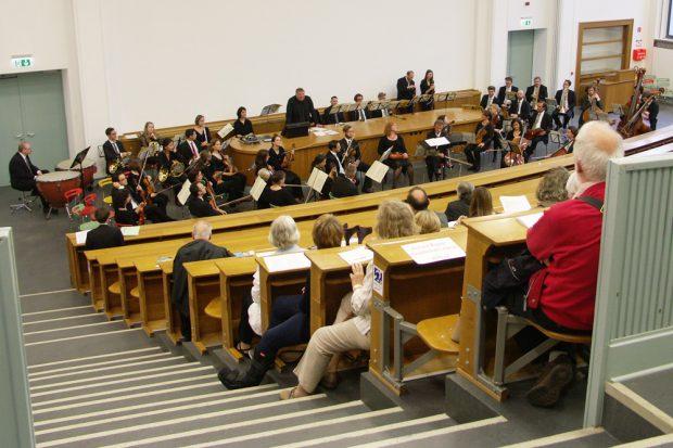 Axel Thielmann ergänzte das Konzert um eine unterhaltsame Vorlesung. Foto: Karsten Pietsch
