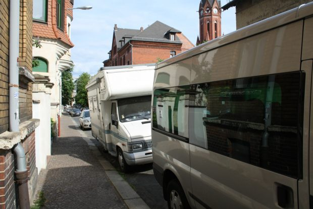 Parksituation - hier mal am Wochenende - in der Rudolf-Sack-Straße. Foto: Ralf Julke
