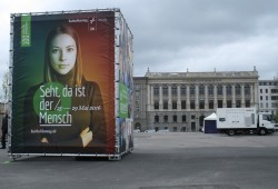 """In der Stadtbibliothek am Wilhelm-Leuschner-Platz geht's um die Frage """"Leben mit und ohne Gott"""". Foto: Ralf Julke"""