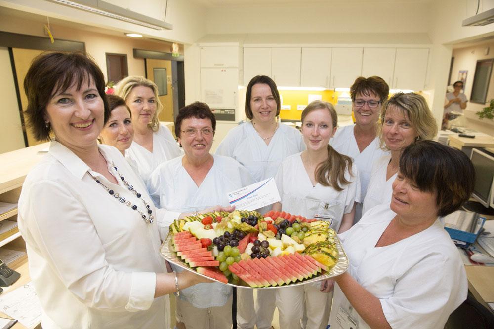 Kerstin Voigt, (l.) Pflegerische Departmentleiterin, überbringt das Dankeschön des UKL-Vorstands an das Pflege-Team der Kinderintensivstation E 1.1 in der Kinderklinik. Foto: Stefan Straube/ UKL