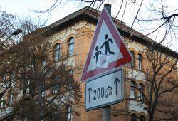 Auch das ein Hinweis auf die nahe Schule: Vorsicht, spielende Kinder! Foto: Ralf Julke