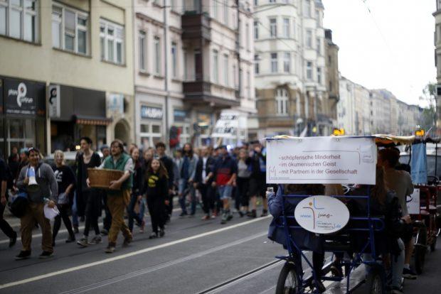 Katholikentagsbesucher betrachten die Demonstration. Foto: Alexander Böhm