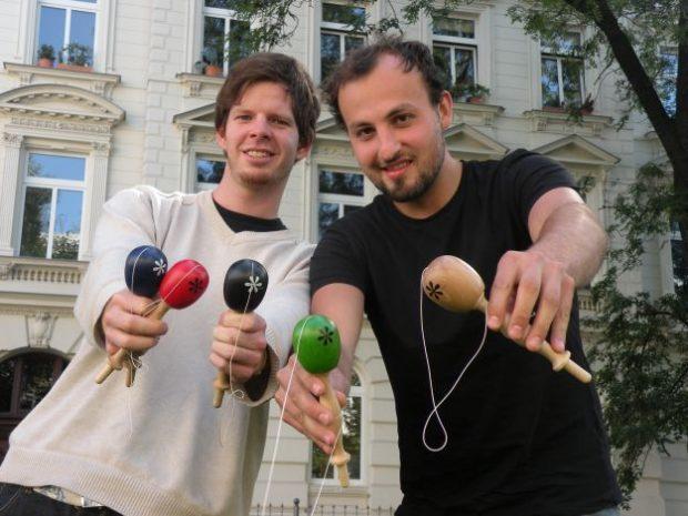 Matthias (li.) und Tony der Zukunft zugewandt mit ihrem ersten Spielzeug im Jahr 2011. Foto: M. Hofmann