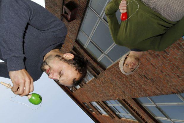 Tony und Matthias ti(c)ken auch heute noch mit ihrem ersten Spielzeug. Foto: privat
