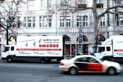 Umzugsfahrzeuge im Einsatz. Foto: Ralf Julke
