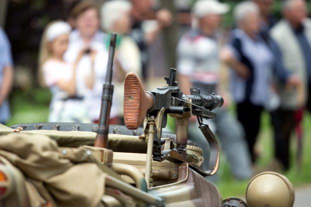 """Beim """"Schul- und Heimatfest"""" ein bisschen Waffen spazieren fahren. Foto: Marcus Fischer"""