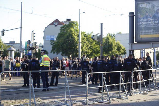 19:30 Uhr: Die Polizei bittet NoLegidas von den Gleisen. Die wollen gern näher heran. Foto: L-IZ.de