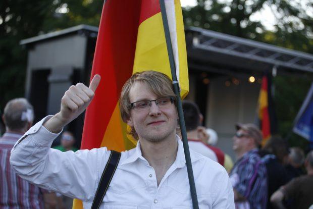 19:45 Uhr: Ein fotogener LEGIDA-Teilnehmer mit Facebookdaumen und Deutschlandfahne. Foto: L-IZ.de
