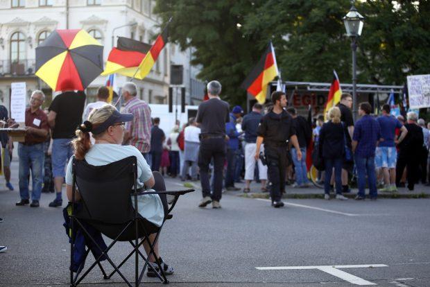 Ein LEGIDA-Teilnehmer hat sich für die Rede von Festerling eingerichtet. Es ist Sommer. Foto: L-IZ.de