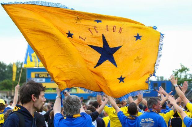 Nach dem Abpfiff feierten die Lok-Fans gemeinsam mit ihren Fußball-Helden auf dem Rasen. Foto: Jan Kaefer