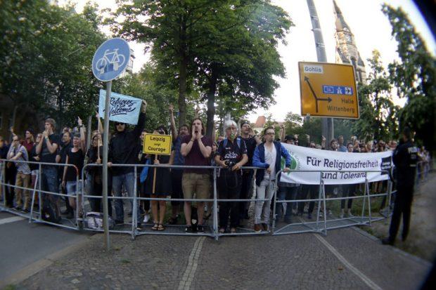 20:35 Uhr Gegen - Protest am Nordplatz begrüßt die rund 400 Legidas. Foto: L-IZ.de