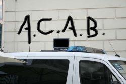 """Das Akronym """"ACAB"""" im öffentlichen Raum ist nicht ohne weiteres strafbar. Monatge L-IZ.de"""