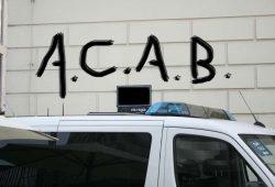 """Das Akronym """"ACAB"""" im öffentlichen Raum ist nicht ohne weiteres strafbar. Montage L-IZ.de"""